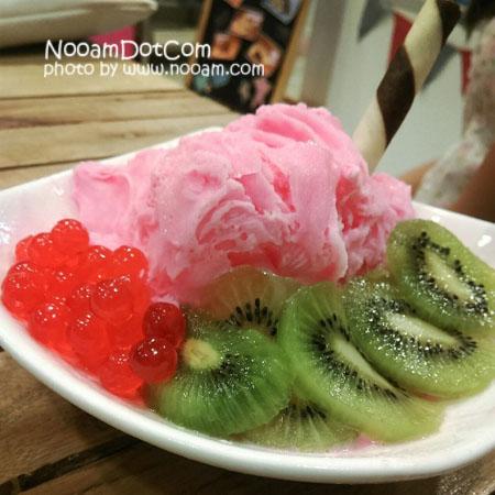 Happy Freeze Icecream ร้านไอติมเกล็ดหิมะ ไอศครีมเกล็ดหิมะ อร่อย ท๊อปปิ้งเยอะ ร้านน่ารัก บรรยากาศดี ราคาไม่แพง อยู่ใกล้ มหาวิทยาลัยหอการค้าไทย