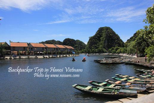 เที่ยวเวียดนามด้วยตัวเอง วันที่ 3 ไปเที่ยวฮาลองบก ล่องเรือเท้าถีบ แวะชมวัดเก่า 2 วัด คือ วัดดิงห์เตียนฮว่างและ วัดเลฮวาน
